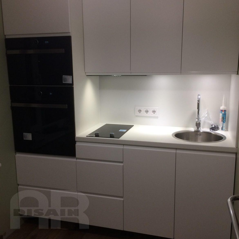 Valge köögimööbel ja musta värvi tehnika.